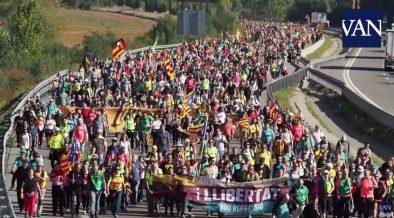 Indipendentisti catalani marciano verso Barcellona