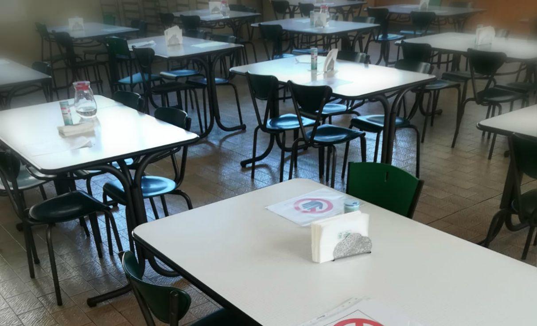 Divisori In Plexiglass Per Esterni riaperture, la foto di una mensa aziendale: le regole sono
