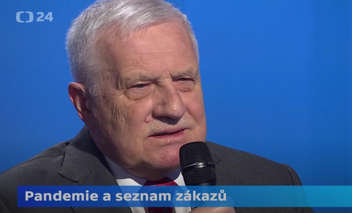 Václav Klaus microfono programma televisivo anziano presidente ceco