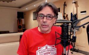 radio radio pianola chitarra microfono divano cassa