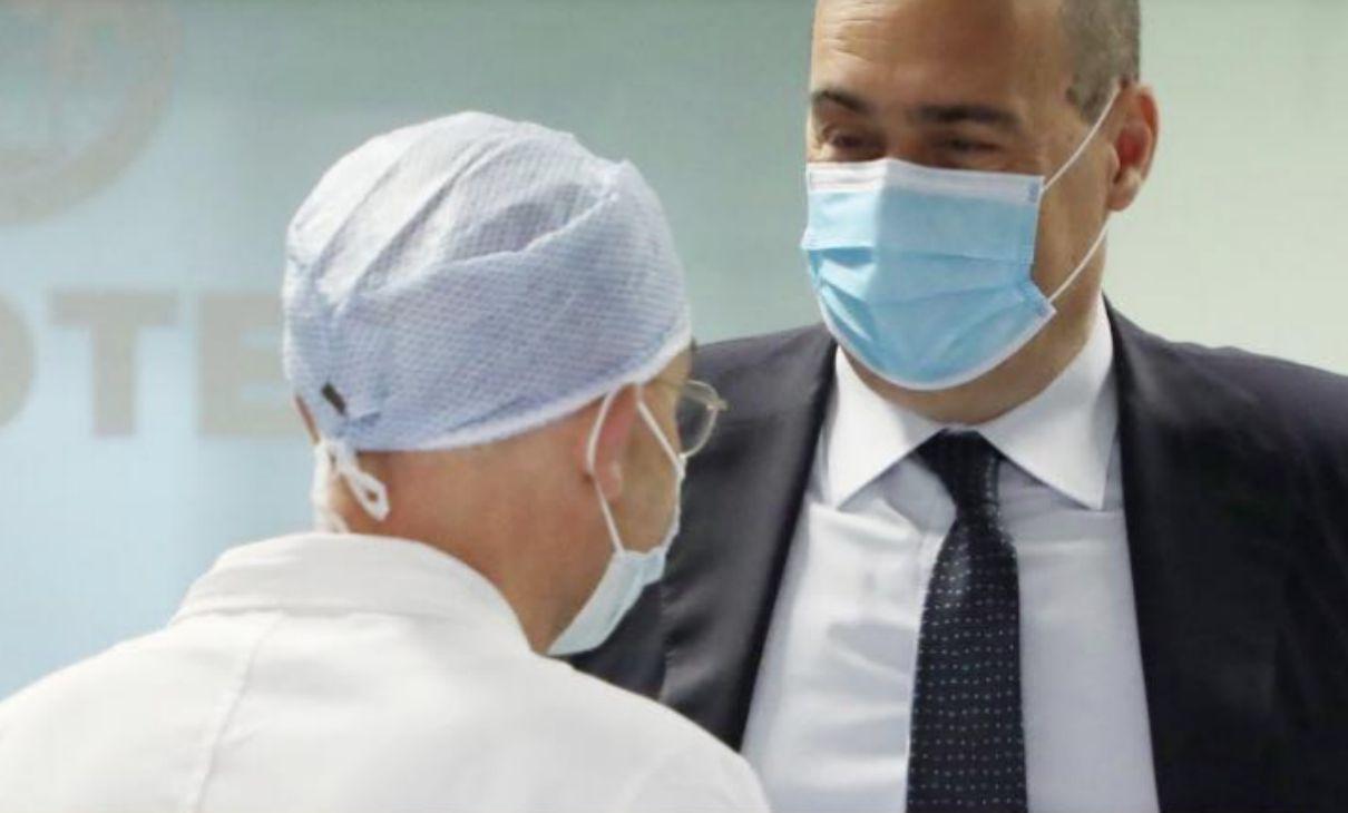 zingaretti con mascherina e medico